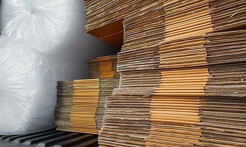 Umzugskartons, Klebebänder, Decken und Noppenfolien